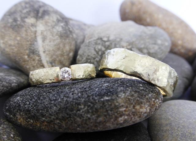 Geelgouden ringen met gesmolten structuur en diamant