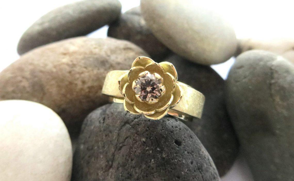 Gouden ring uit de bloemblad serie met bruine diamant
