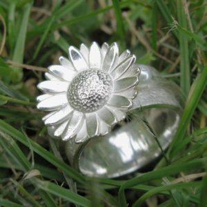ring madelief met twee kleine parels.