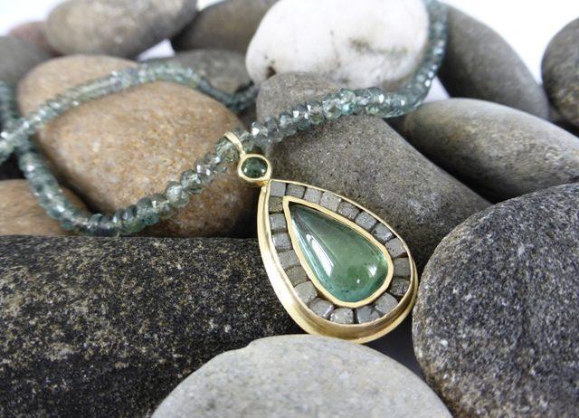 Saffier collier met groene toermalijn en ruwe diamant