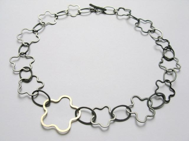 ZiZwart geoxideerde zilveren bloem ketting met 1 gouden element