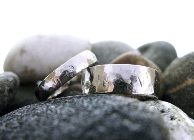 Witgouden ringen met ruwe hamerslag