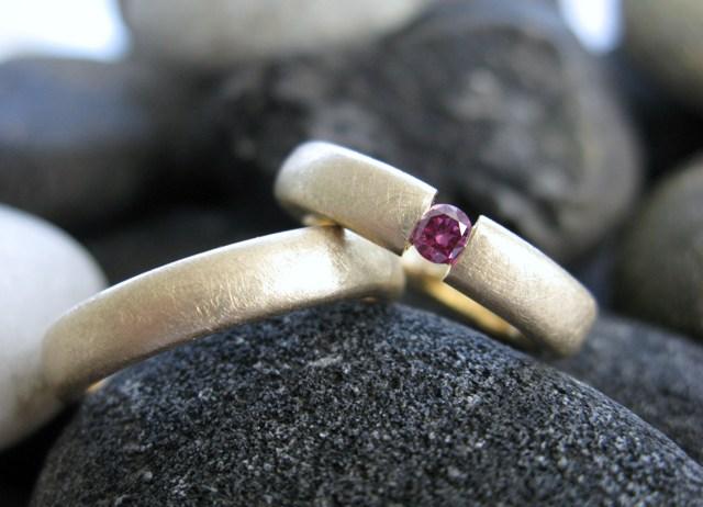 Mat gouden trouwringen met paarse diamant
