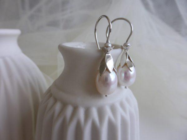 Bloemblad oorbellen zilver met parel