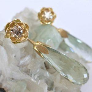 Schitterende bloemblad oorbellen met champagne kleurige diamant en groene kwarts