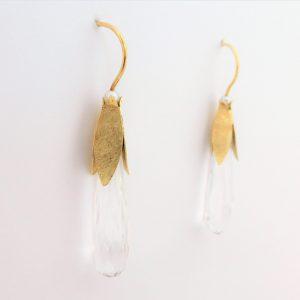 Sierlijke 14 kt oorbellen met bergkristal en parel