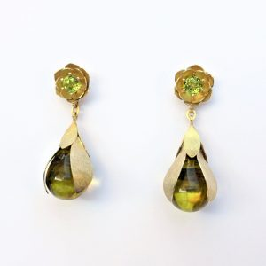Gouden oorbellen met peridoot en barnsteen