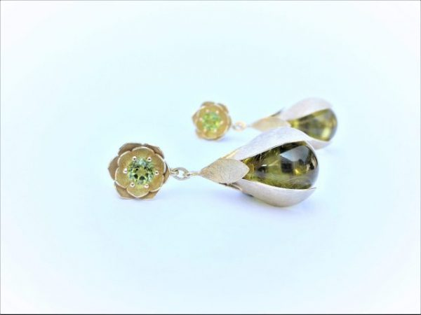 Bloemblad oorbellen met peridoot en barnsteen