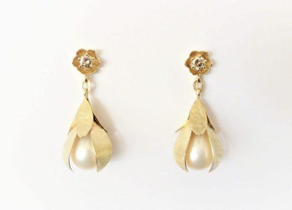 Bloemblad oorbellen met lichtbruine diamant en parels