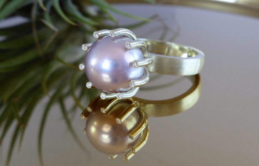 Gouden ring met roze zoetwaterparel en diamanten