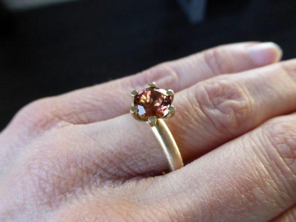 licht rosé kleurige gouden ring met toermalijn