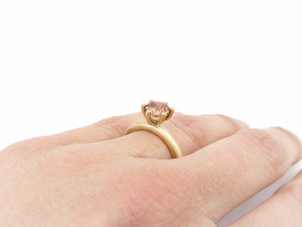 licht rosé kleurige goudenring met toermalijn