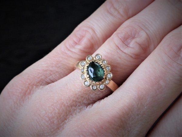 roségouden ring met groene toermalijn omhuld door diamanten