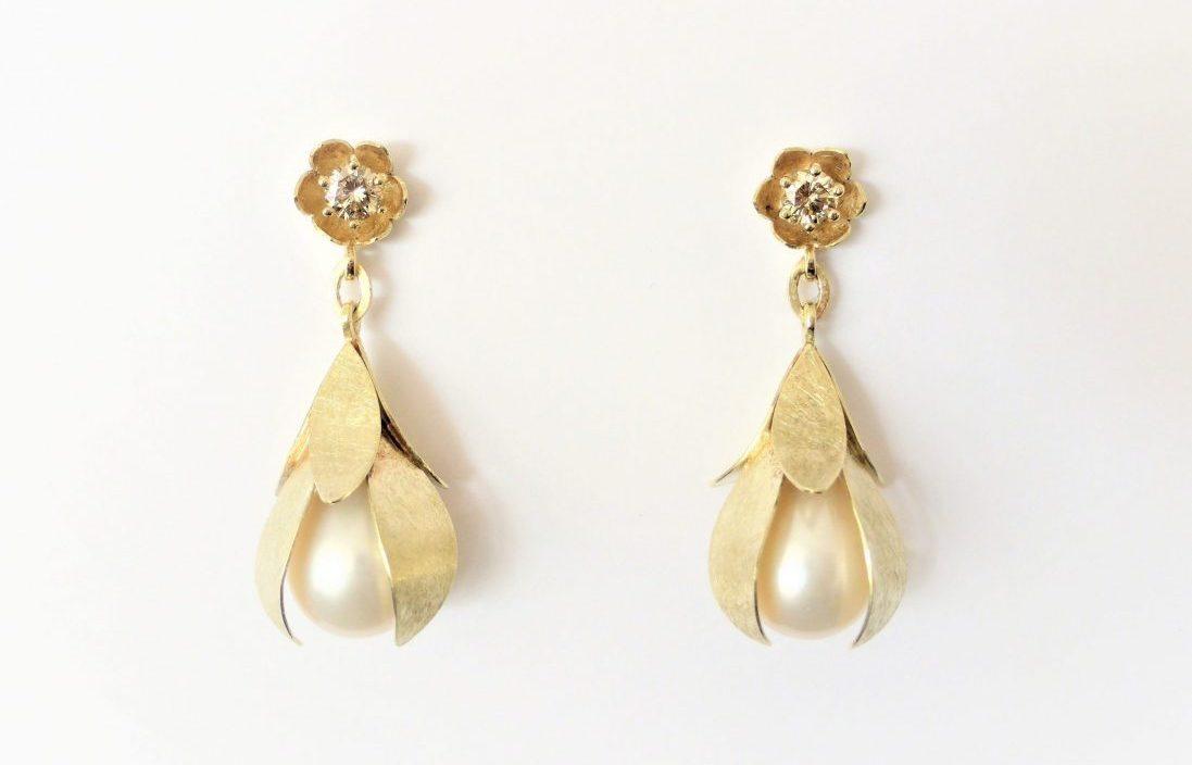 Bloemblad oorbellen met parel en diamant
