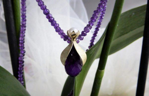 Amethist collier met bloemblad hanger met parel en Amethist