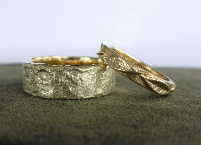 Gouden ringen met bladmotief en gesmolten structuur