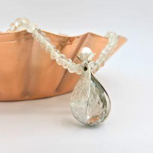 Lichtgroen phraseoliet collier met zilveren hanger met briolette geslepen phraseoliet druppel en witte parel in het kroontje
